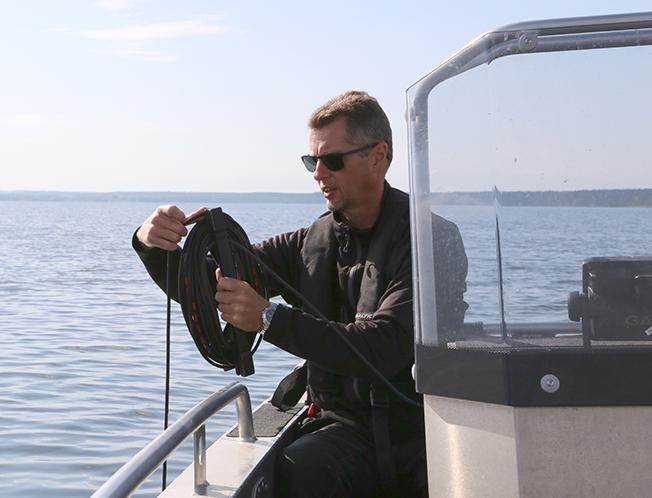 Mikael Henriksson tar prover på Vombsjön