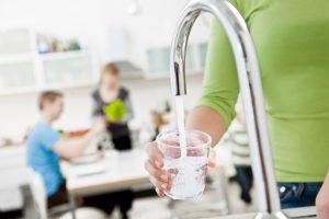 Vattenkran som fyller ett vattenglas