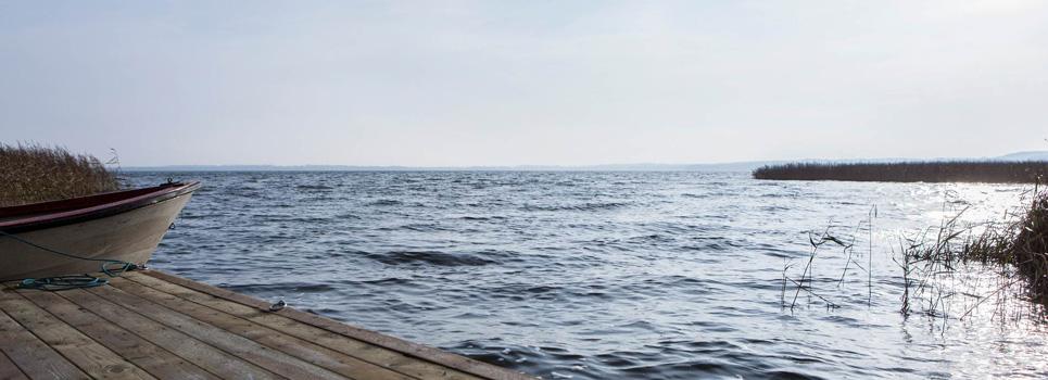 Ringsjön med strand och båt i förgrunden