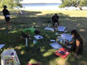 Människor som analyserar vattenprover vid Vombsjöns strand