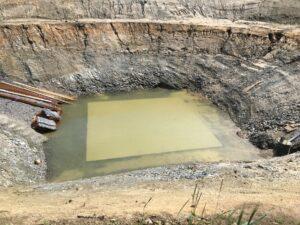En gjuten betongplatta under vatten