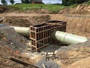 Armerat och format stöd kring en böj i råvattenledningen