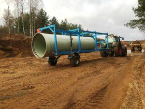 Traktor fraktar råvattenledning