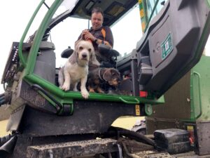 Skogsmaskinist med två hundar i hytten