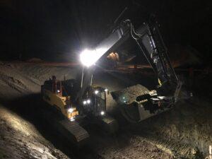 Grävmaskin arbetar i mörker