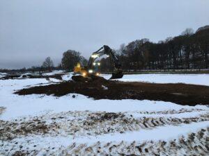 Grävmaskinen fixar till matjorden vid Rönneå
