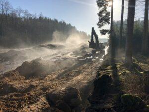 Morgondis och grävmaskin i arbete