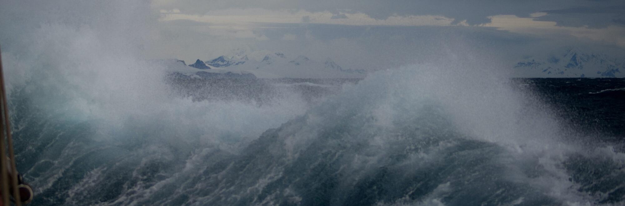 Stormbild med stora vågor