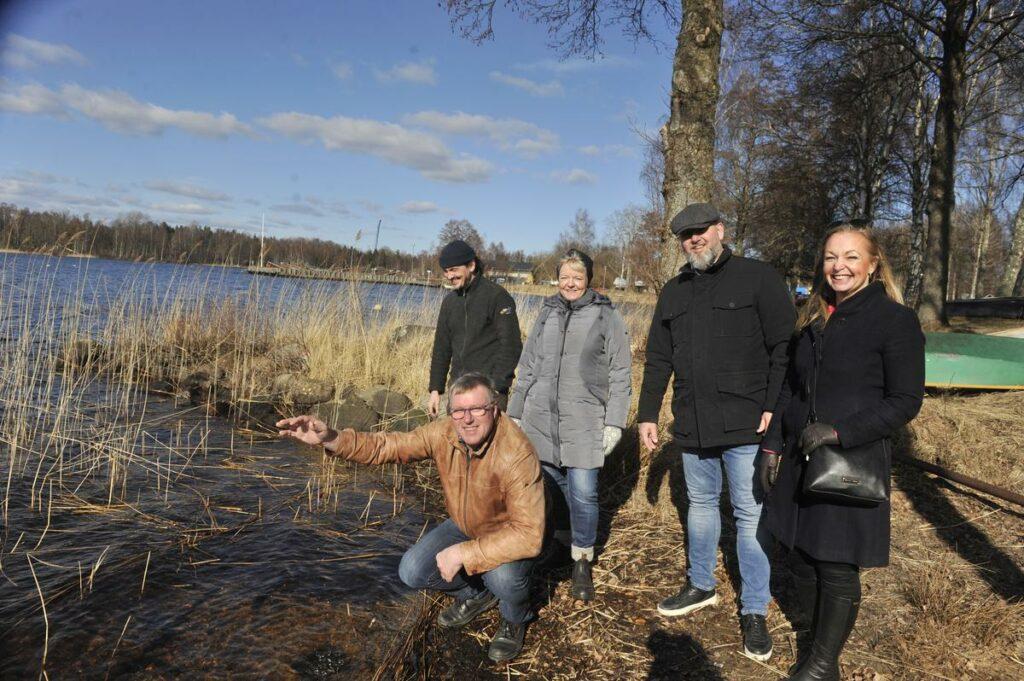 Komunalråd, komundirektör och Juha Ranikinen vid sjön Bolmen