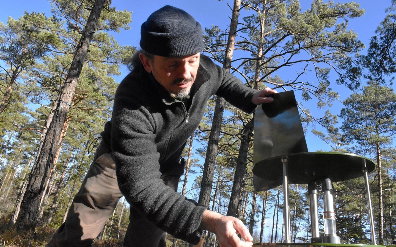 Juha Rankinen sätter upp partikelsamlaren för Lifeplan