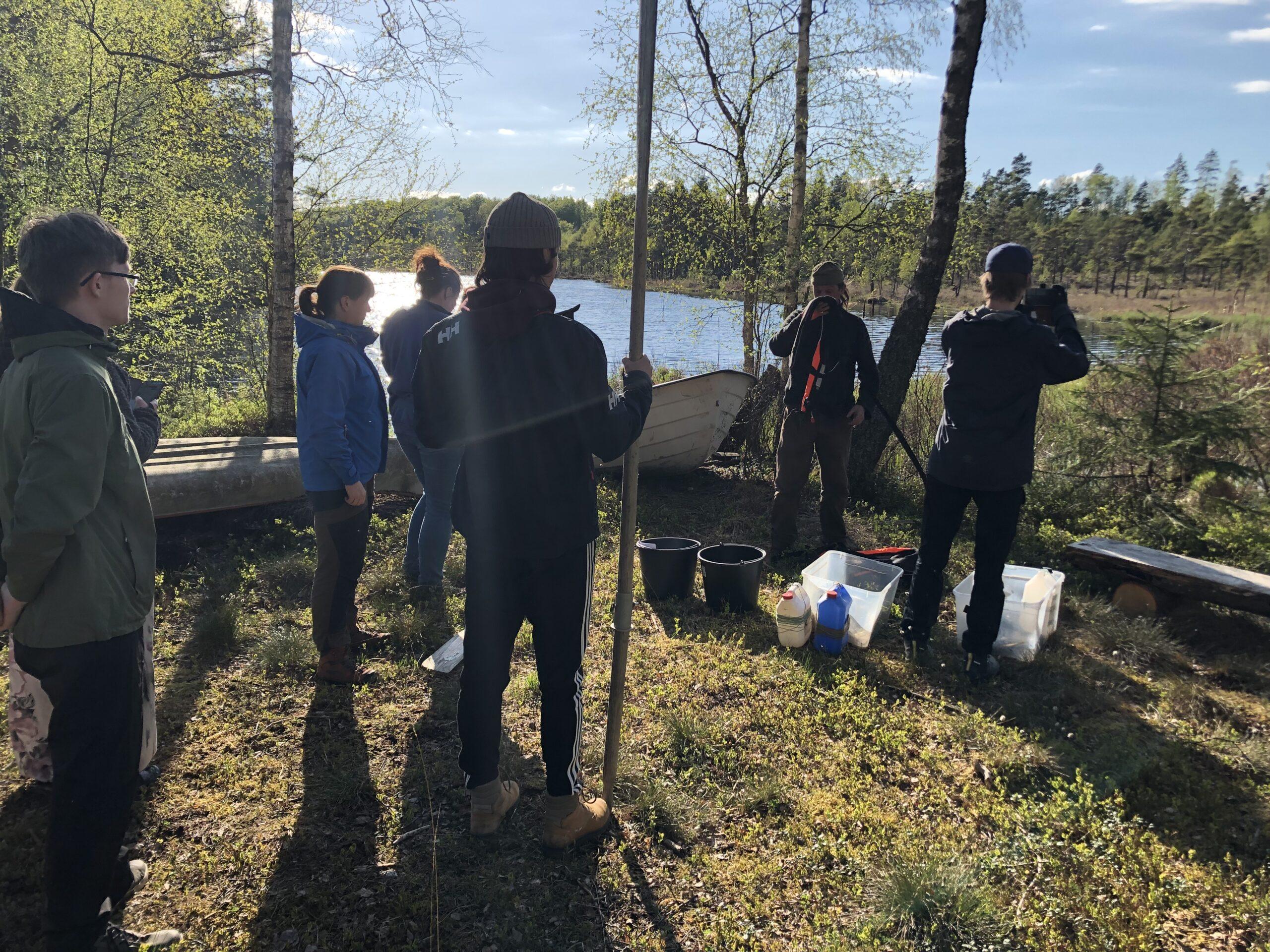 Studenter från programmet Naturvård och Artmångfald, Högskolan i Halmstad, på besök vid Forskningsstation Bolmen