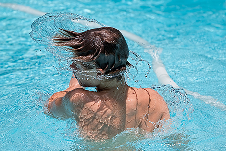 Kille i pool. Bild: Pixabay