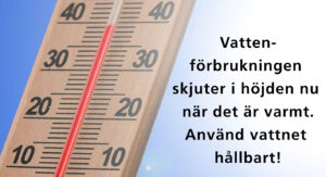 Termometer med texten: vattenförbrukningen skjuter i höjden nu när det är varmt. Använd vattnet hållbart