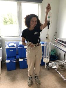 Deborah Dupunt visar verktyget som används för att ta vattenprover